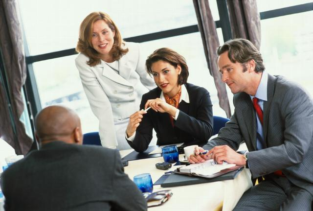 деловые люди за столом переговоров