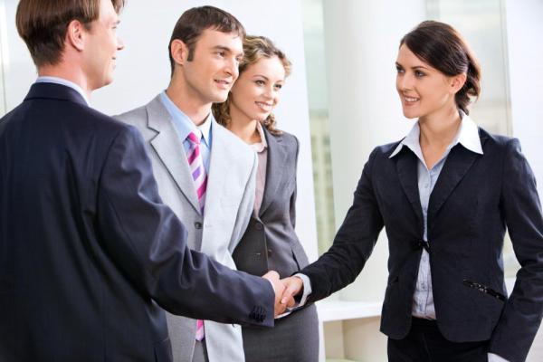 Деловое общение: женщина пожимает руку мужчине