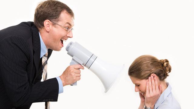 руководитель кричит через рупор на подчинённую