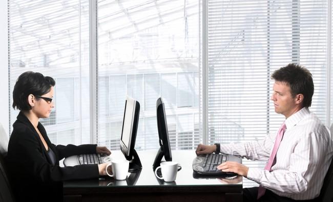 Сотрудники работают за компьютерами