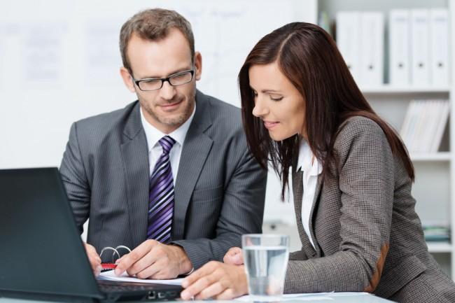 Начальник и сотрудница сидят за ноутбуком