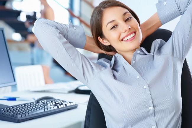 Девушка улыбается на рабочем месте