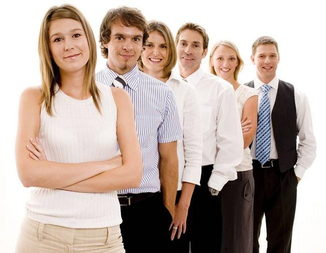 группа офисных работников доброжелательно смотрящих в объектив