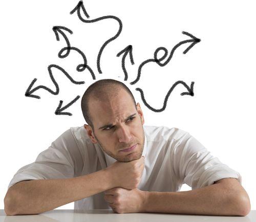 фото мужчины за слолом, у него над головой стрелочки - символ поисков решения