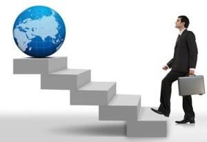 человек поднимается по лестнице, на вершине которой стоит земной шар