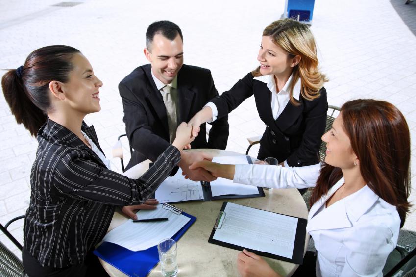 Две бизнесвумэн достигают успеха в переговорах
