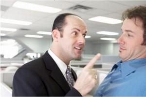 мужчина грозит пальцем другому мужчине