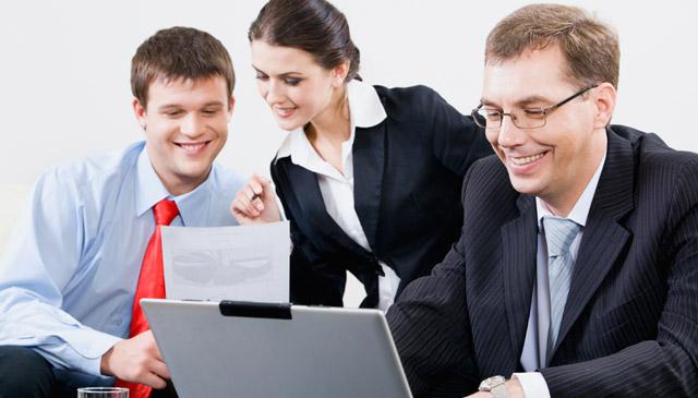 трое людей в деловых костюмах за работой