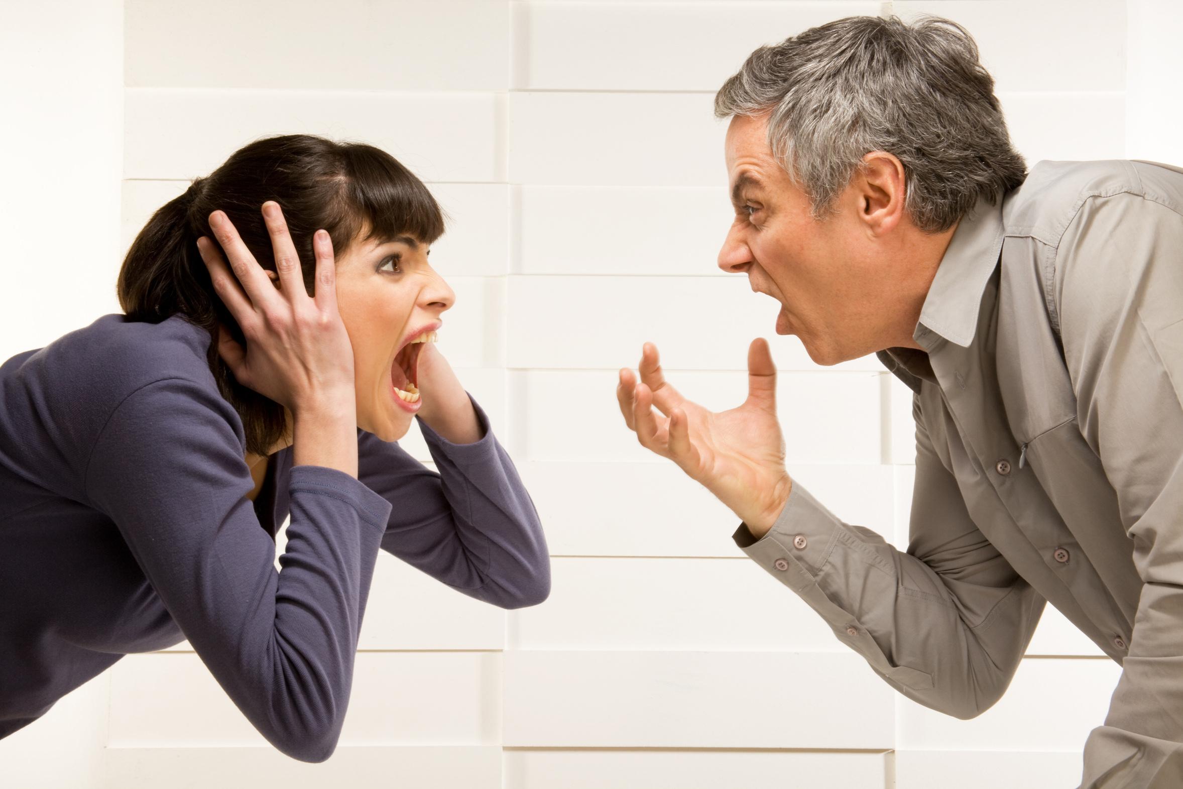 мужчина и женщина в офисной одежде, кричащие друг на друга