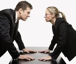 мужчина и женщина пристально смотрят друг другу в глаза