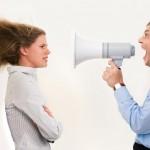 Руководитель кричит через мегафон на подчиненную