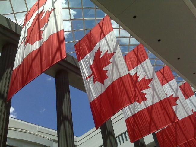 канадский флаг на здании