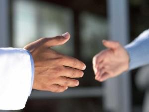 партнеры готовятся пожать руки