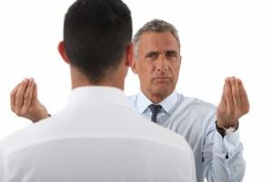 говорящий пытается объяснить что-то собеседнику