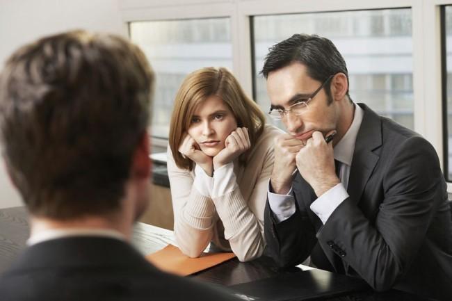 двое работников кадрового отдела скучают на собеседовании