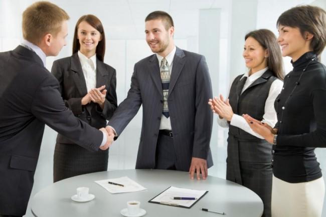 Партнеры пожимают руки