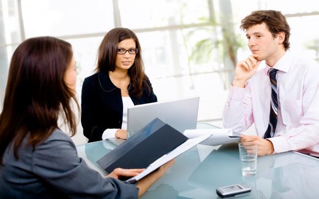 Девушка на собеседовании с двумя интервьюерами