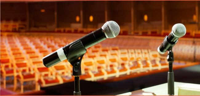 микрофоны на трибуне