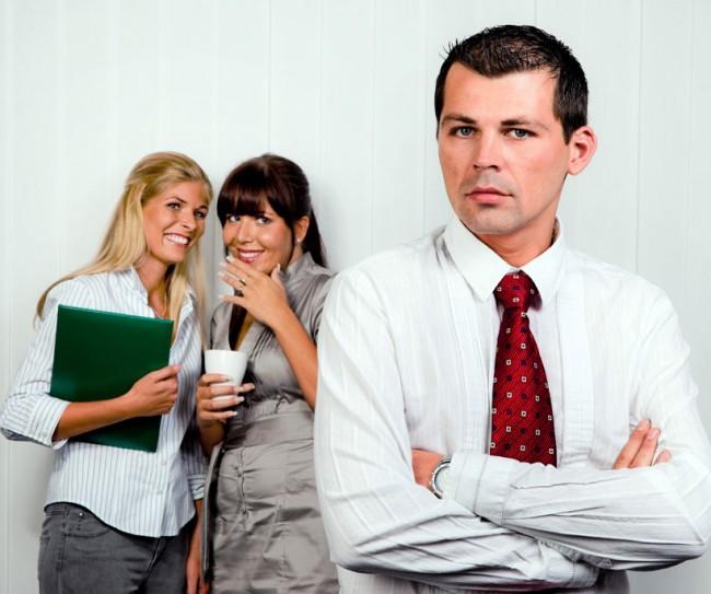 коллеги обсуждают своего сотрудника