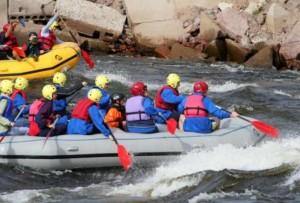 Командный сплав по быстрой реке