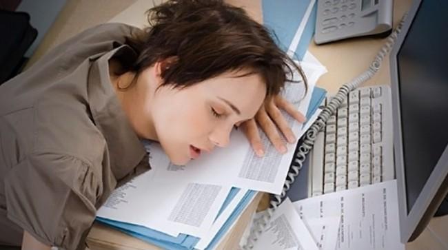 уснувшая девушка за рабочим столом