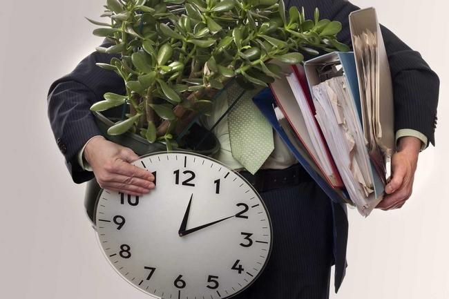 – руки клерка с тяжелыми папками, часами и цветочным горшком