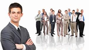 деловой человек на первом плане, на втором- группа , коллектив