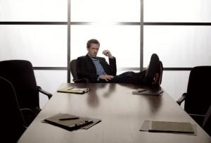 кадр из Доктора Хауса: Хаус ноги закинул на стол