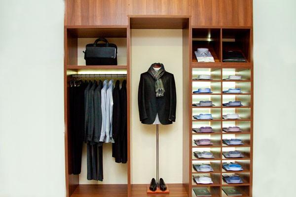 шкаф: пиджак, рубашки, портфель