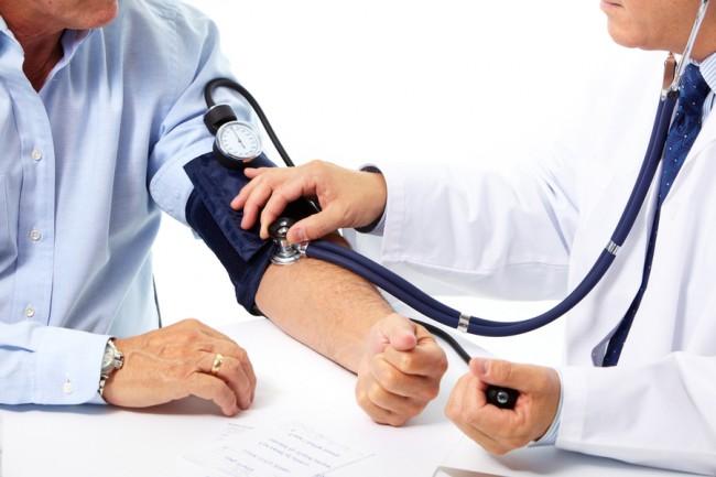 мужская рука и руки врача, измеряют давление