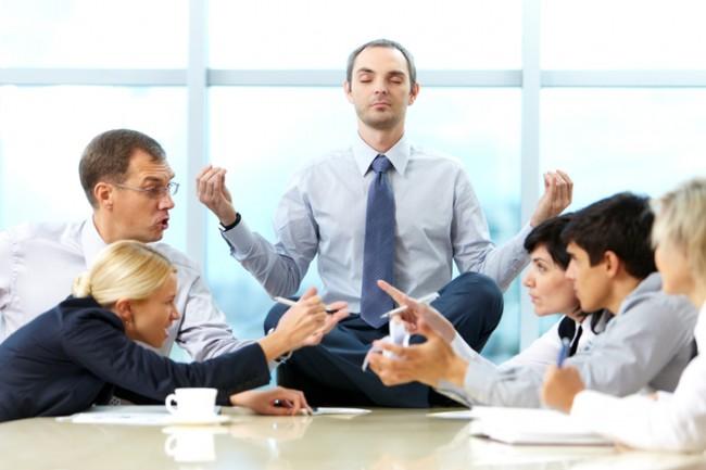 совещание, руководитель на столе в позе лотоса, сотрудники спорят