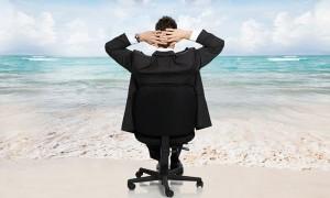 человек на кресле, спиной, наслаждается видом океана