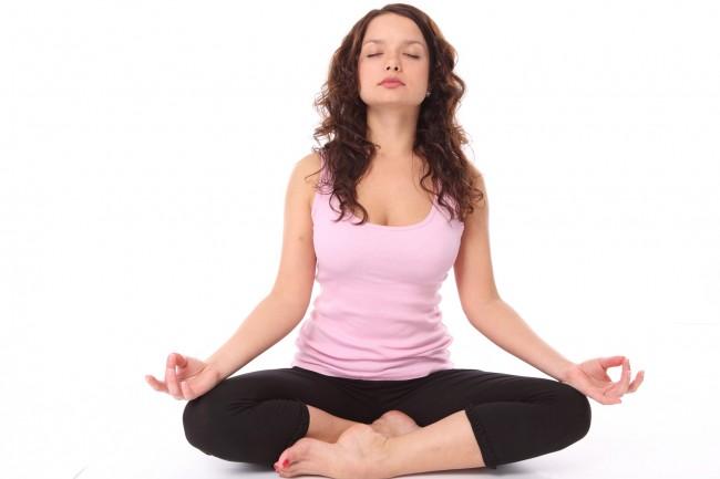 женщина в позелотоса, медитирует