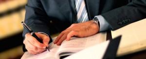 фото рук, записывающих что-то в блокнот
