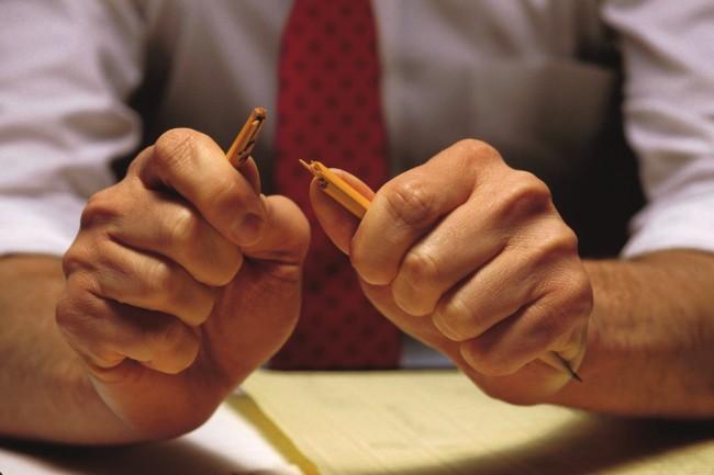 руки мужчины сломали карандаш