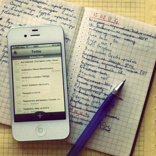 фото смартфона и открытого блокнота с ручкой