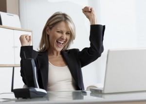 фото девушки, довольным лицом и жестом победительницы