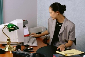 девушка в офисе украшения