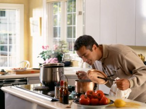 Мужчина в фартуке на кухне