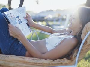 Женщина с женским журналом в руках