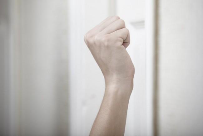 Рука занесенная для стука в дверь