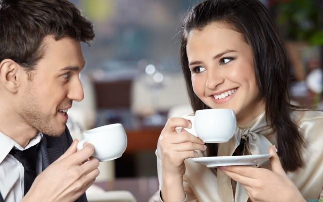 Руководитель и подчиненный вместе пьют кофе