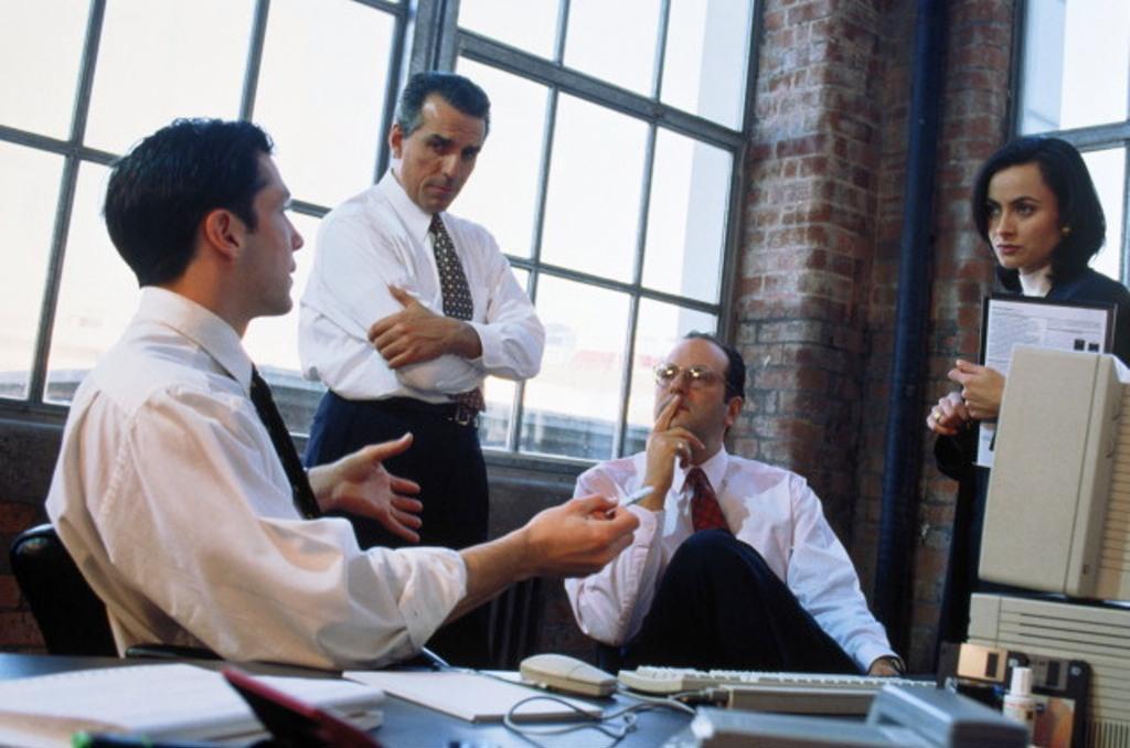 Деловые люди общаются за столом