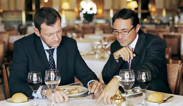 Деловой обед, двое мужчин за столом