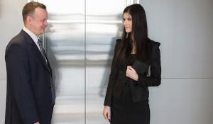 Мужчина и женщина у лифта