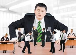 Большой босс наблюдает за работниками