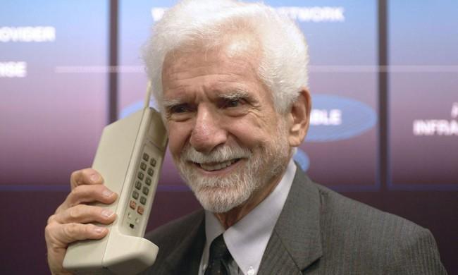 Мужчина с крупным телефоном в руке
